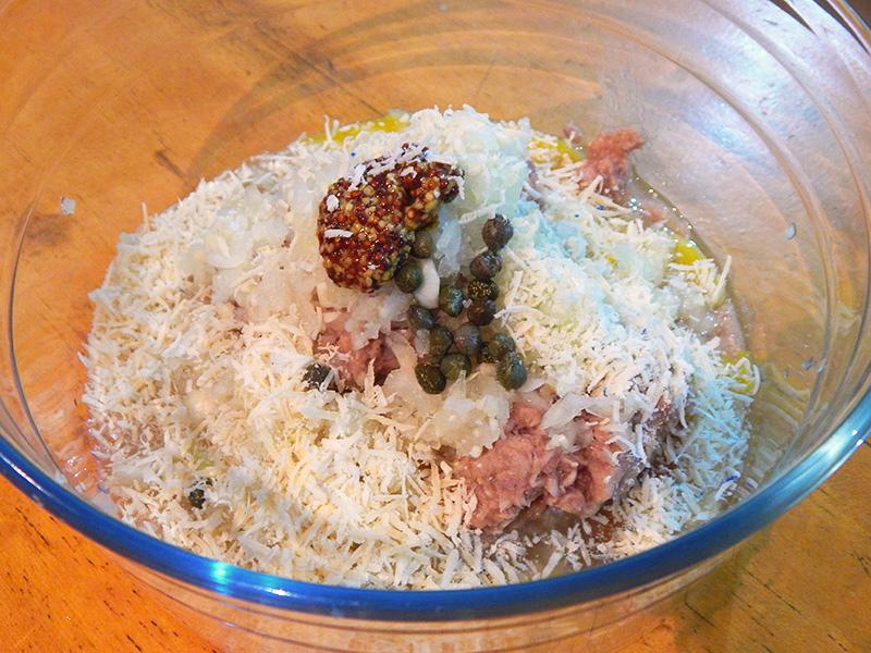 misture-atum-queijo-alcaparras-queijo-ralado-ovo-hamburguer-atum-receita-nacozinha-sozinho