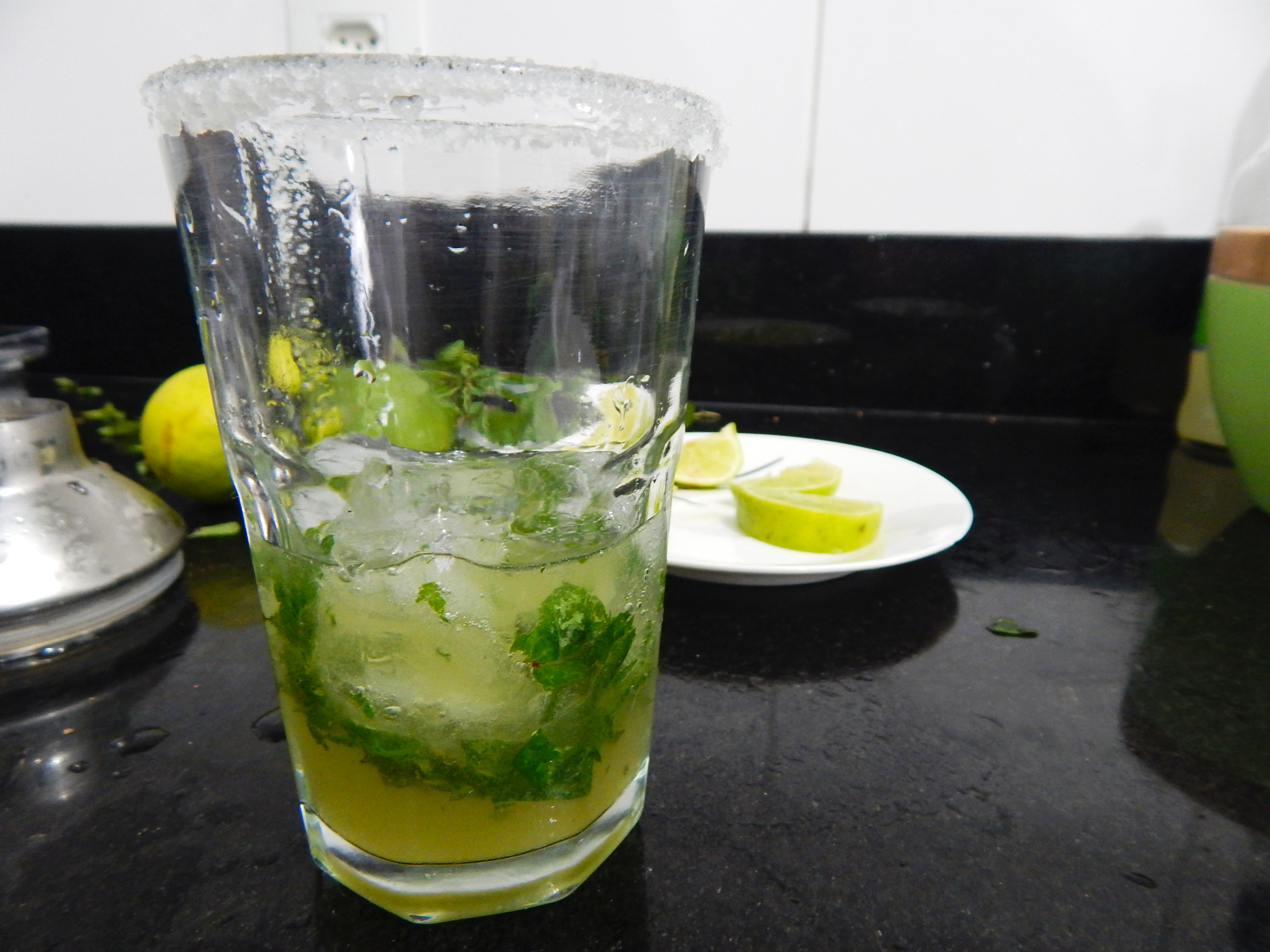 despeje-bebida-preencha-metade-copo-long-drink-receita-drink-mojito-na-cozinha-sozinho