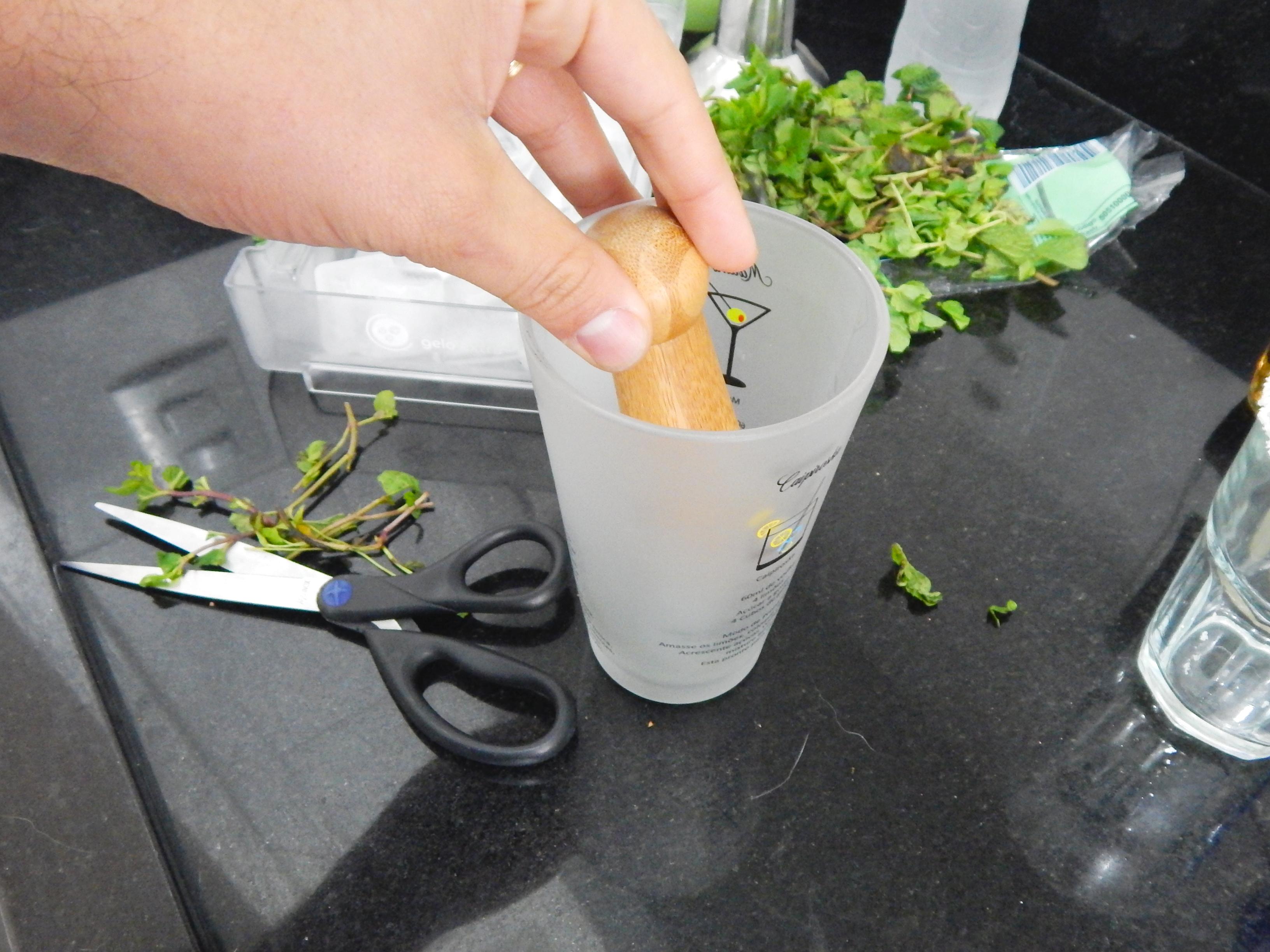 misture-ingredientes-massare-coqueteleira-receita-drink-mojito-na-cozinha-sozinho