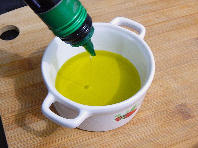 coloque-azeite-recipiente-receita-molho-piri-piri-portugal-na-cozinha-sozinho