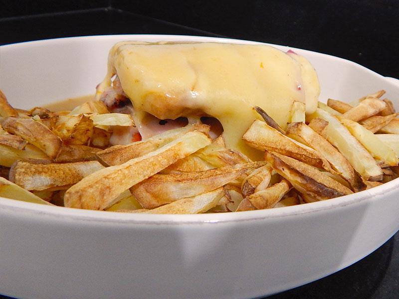 coloque-batatas-fritas-receita-francesinha-portugal-na-cozinha-sozinho