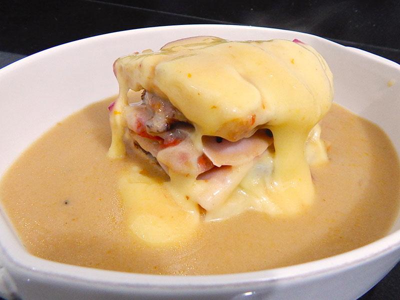 coloque-molho-receita-francesinha-portugal-na-cozinha-sozinho