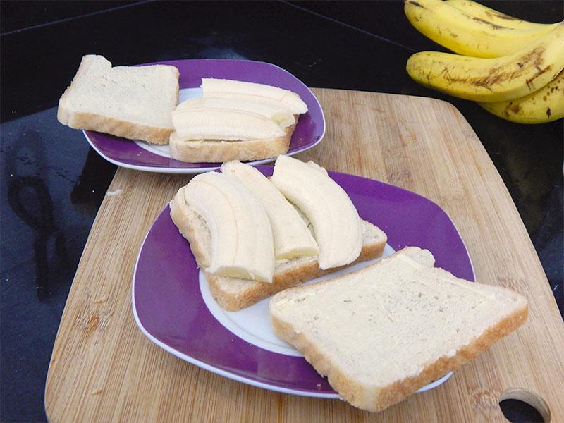 corte-banana-coloque-pao-sanduiche-doce-receita-na-cozinha-sozinho